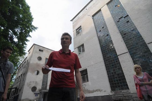 22 мая 2011 г. Артур Токарев с экскурсантами возле одного из корпусов больницы