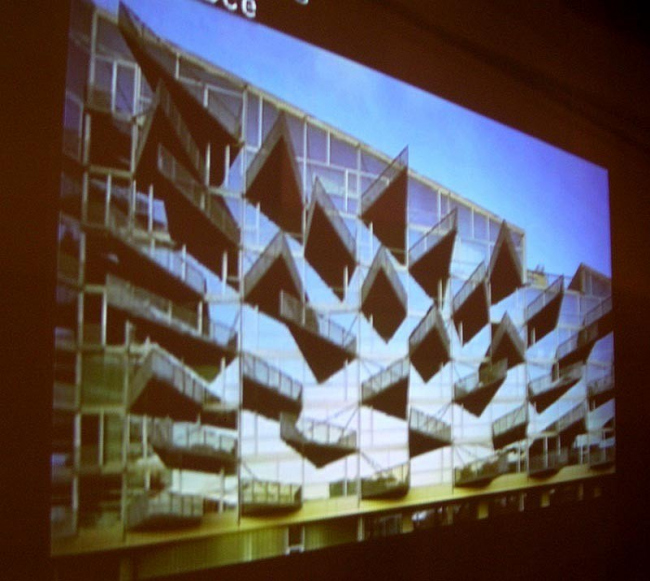 Работы номинантов показывались в виде проекций на стенах зала