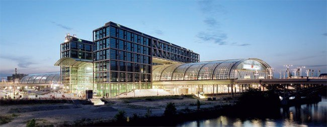 Арочная конструкция офисного здания концерна Deutsche Bahn AG возвышается над главным вокзалом в новом центре Берлина