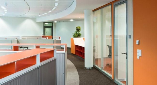 Невысокая мебель для хранения разграничивает офисное пространство и создает чувство психологической защищенности сотрудников.  Фотография предоставлена компанией BENE