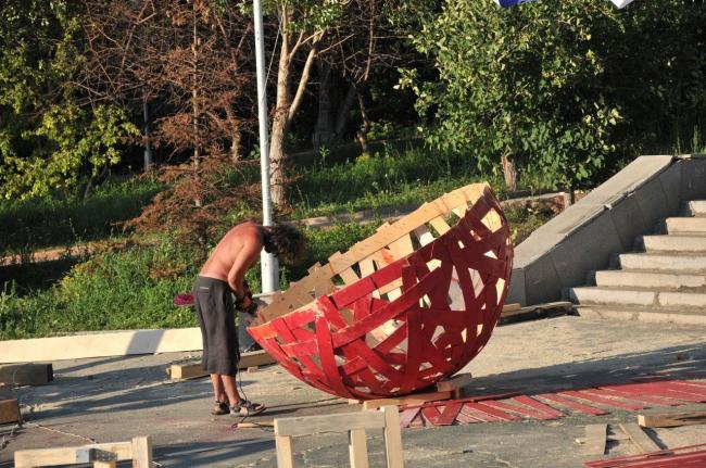 Работа над объектом «Redball». Автор: Дарья Лисицына. Фото: Петр Виноградов