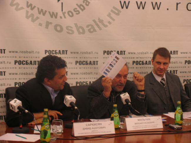 Михаил Мильчик показывает бюллетень для общественного голоcования по проектам, в котороом не было пункта «против всех»