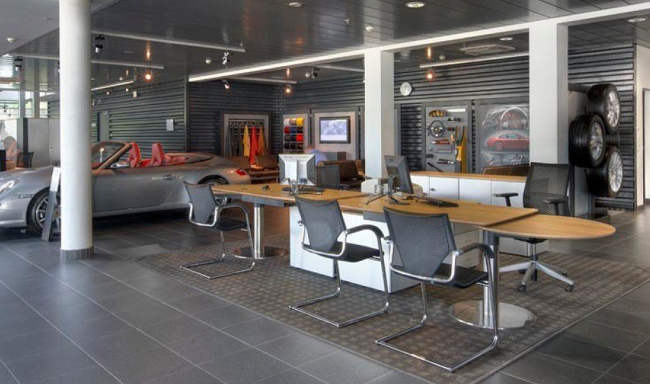Клиентская зона в шоуруме автосалона с креслами Wilkhahn