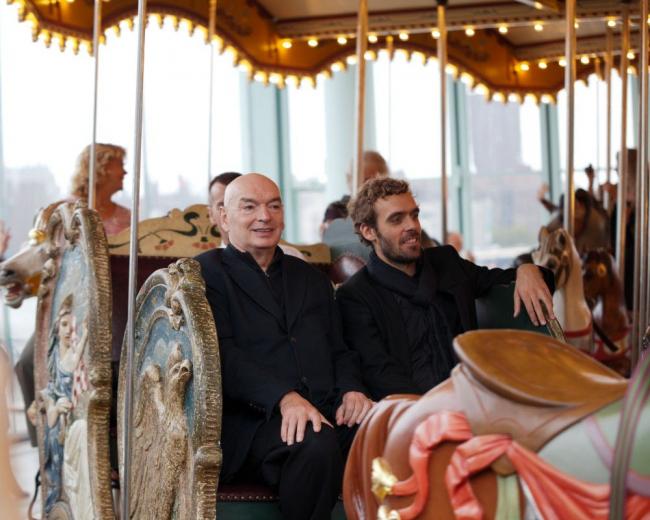 Павильон для «Карусели Джейн». Жан Нувель (слева) в день открытия © Billy Farrell Agency
