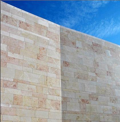 Культурный центр в Синесе. Для облицовки комплекса использован местный известняк, из которого построены все исторические здания Синеса