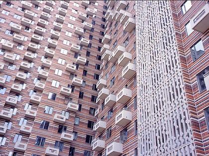 Фасад уже заселённого жилого дома К-21 на северо-востоке Москвы. Балконы расположены так, чтобы их было невозможно самостоятельно остеклить — уловка архитекторов, борющихся за чистоту художественного образа своего творения. Фото: Дмтитрий Лившиц