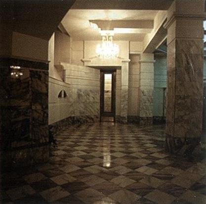 Отделение банка «Менатеп» на Манежной площади ©  АСБ Карлсон & К