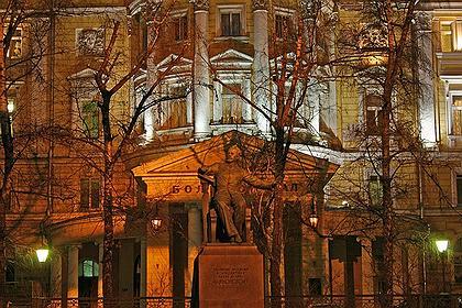 Памятник П.И. Чайковскому перед зданием Консерватории