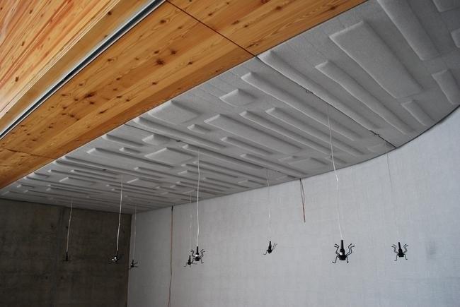 потолочные панели с подвесами-инсталляцией для кинотеатра
