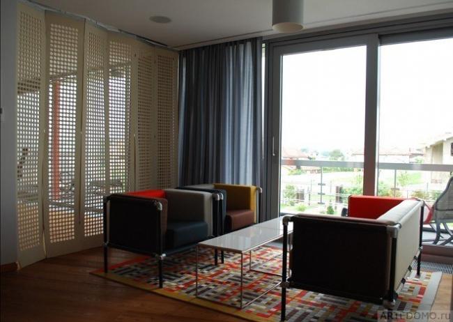 Фетровые панели с перфорацией, ковер «пэчворк», диваны ,шторы