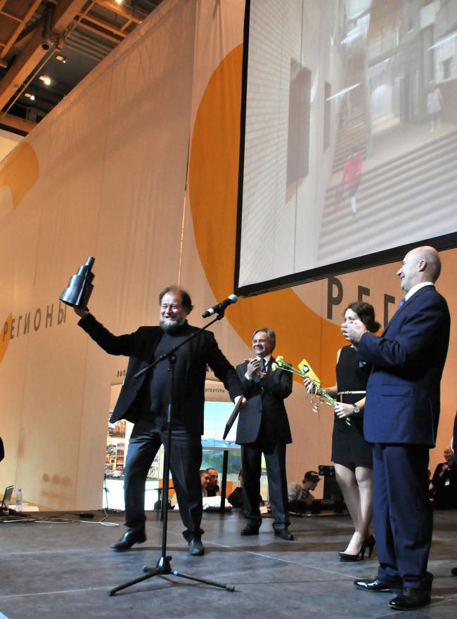Никита Явейн уносит со сцены тяжелый приз - Премию Владимира Татлина