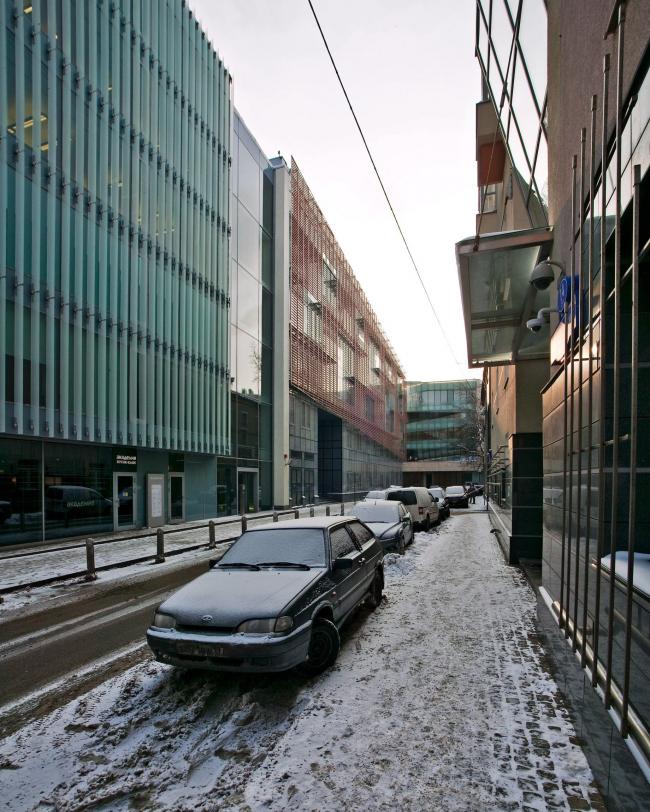 Офисное здание в Бутиковском переулке. Вид из Бутиковского переулка. Слева здание бюро Меганом в Бутиковском переулке, впереди (в перспективе) жилой дом в Коробейниковом и его стеклянная «вилла» © АБ Остоженка