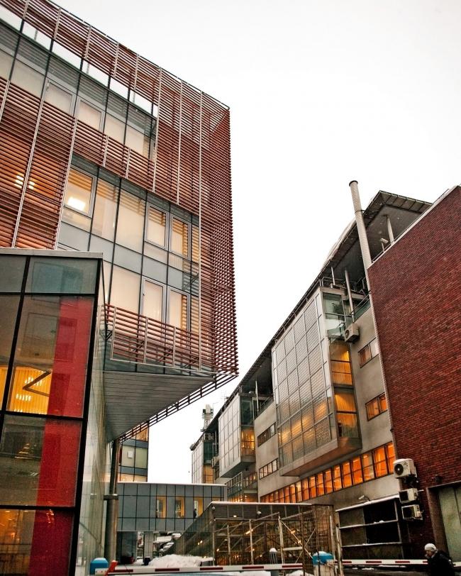 Офисное здание в Бутиковском переулке. Слева новый корпус, справа здание 1995 года © АБ Остоженка