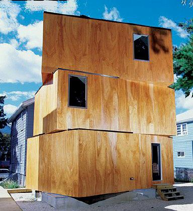 XS House в Массачусетсе состоит из трёх смещённых друг относительно друга коробов со световыми люками, наполняющими здание естественным светом