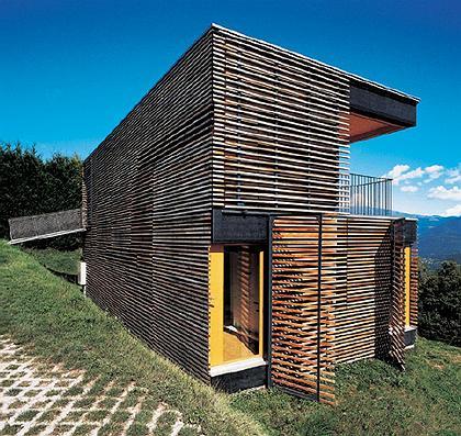Фасад Mystery Box в Лугано выполнен из узких деревянных реек и раздвижных панелей, которые открывают великолепный панорамный вид