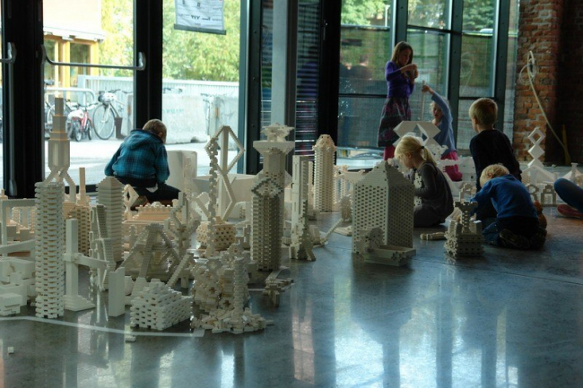 Дети участников конференции занимались LEGO-архитектурой. Фото Нины Фроловой