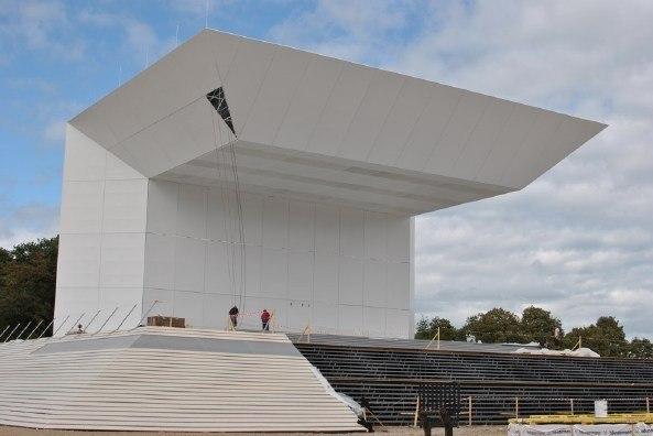 Алтарь для мессы на летном поле во Фрайбурге. Процесс монтажа. Проект Вернера Зобека. Фото © Erzbistum Freiburg